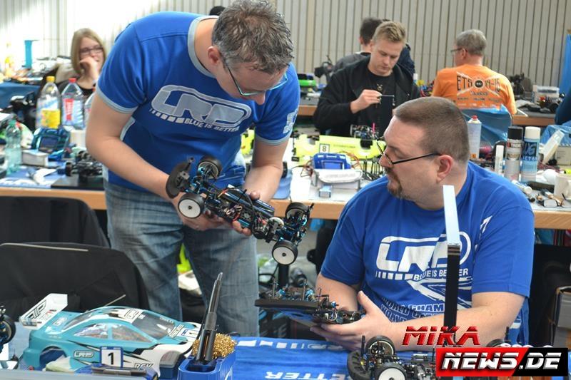 Im B-Finale fuhren Ingo Heschbach und Steffen Stein beide den neuen Asso TC7. Setupaustasuch, wie hier bei den beiden, fand sehr oft statt.
