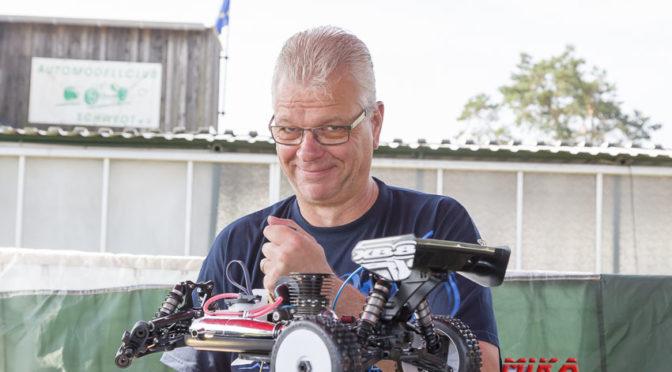 Sven schraubte am Samstag noch seinen Xray XB8`16 zusammen und konnte Sonntag mit dem Fahrzeug starten.