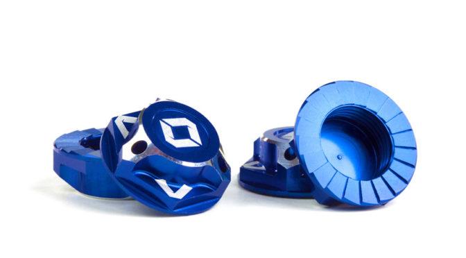 Triad 17mm Radmuttern mit Kappe | Schwarz und blau